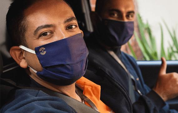 Dois homens com máscara da is entrega no carro
